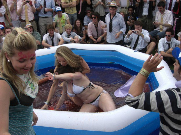 Студенческому клубу Кембриджа пришлось отменить женские бои в конфитюре. Изображение № 2.