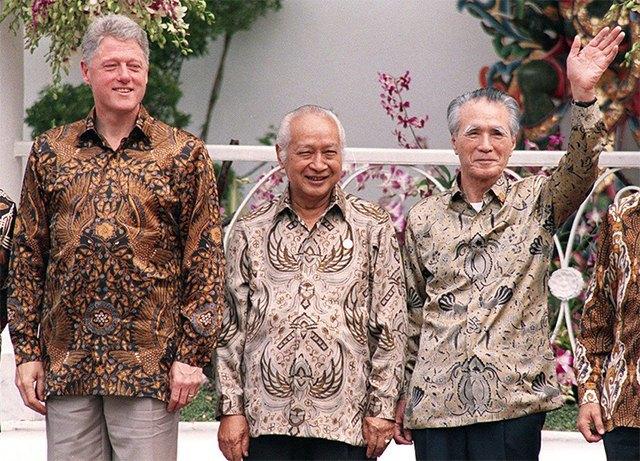 Путин в шёлке, Джордж Буш в пончо: Самые стильные образы на саммите АТЭС. Изображение № 1.