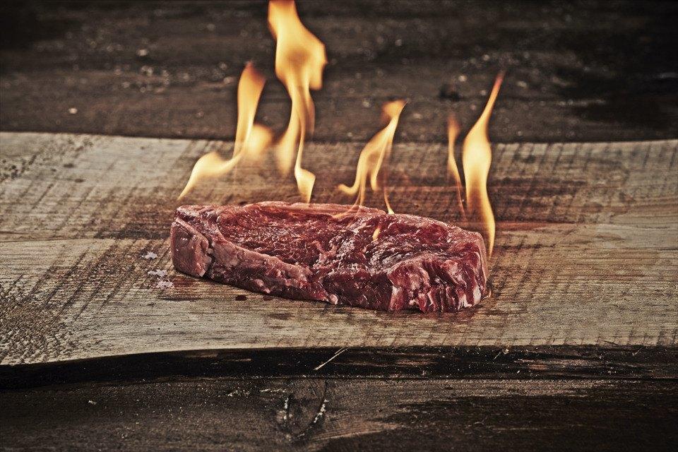 Открыть огонь: Говяжьи стейки среди языков пламени. Изображение № 1.