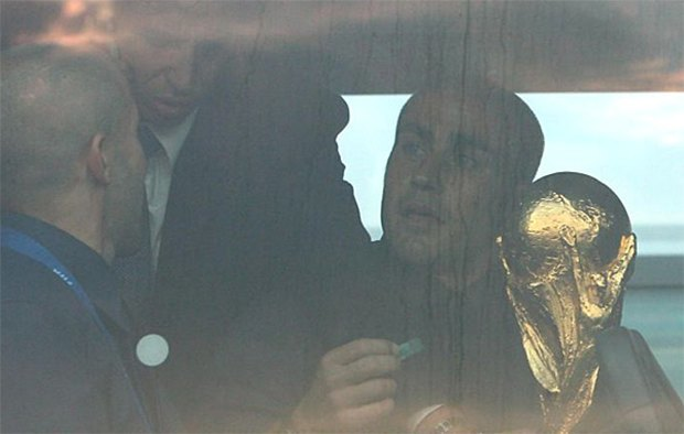 Кривые руки большого спорта: Как футболисты ломали свои трофеи. Изображение № 1.