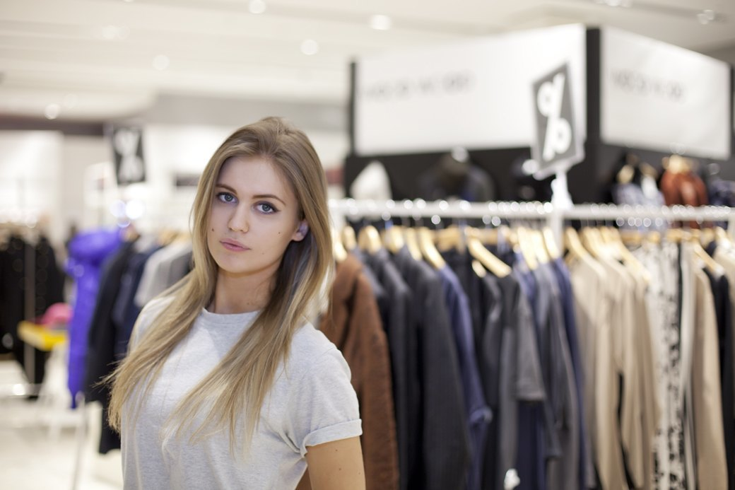 5 красивых продавщиц в магазинах одежды выбирают вещи для парня мечты. Изображение № 1.