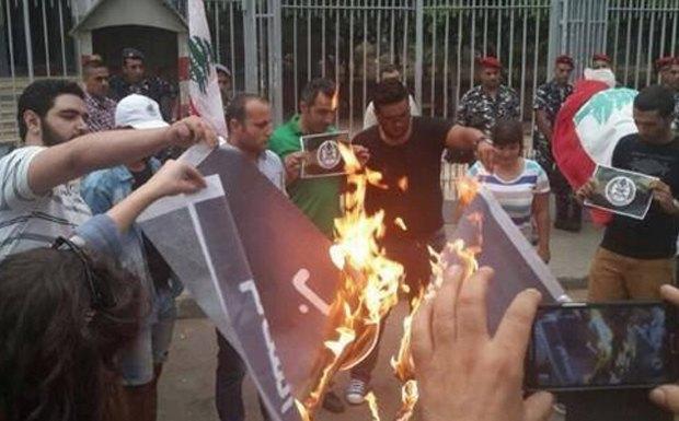 В Ливане запустили флешмоб по сжиганию флага исламских экстремистов. Изображение № 4.