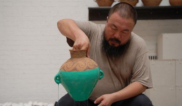 В США художник разбил вазу Ай Вэйвэя стоимостью $1 млн. Изображение № 1.