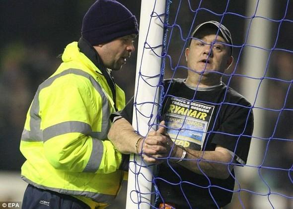Английский фанат приковал себя наручниками к штанге во время матча. Изображение № 1.