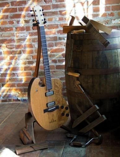 Фронтмен Bon Iver создал гитару из бочки для виски. Изображение № 7.