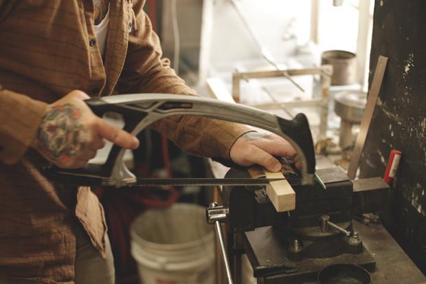 Часть процесса обработки рамы для тату-машинки в мастерской Влада. Изображение №9.
