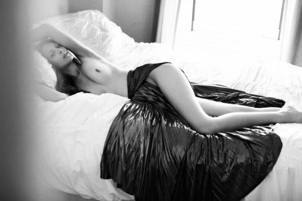 Американская модель Лора О'Нил снялась для журнала Nero Homme. Изображение № 1.