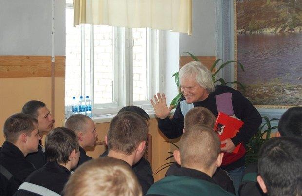Юрий Куклачев научил несовершеннолетних самарских зэков жонглировать. Изображение № 2.