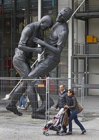 В Париже установили памятник Зидану, бьющему лбом Матерацци. Изображение № 3.