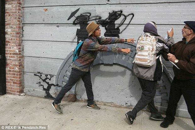 Жители Нью-Йорка дважды избили вандала, закрасившего граффити Бэнкси. Изображение № 3.