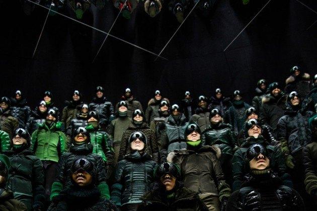 Марка Moncler представила новую коллекцию, собрав сотни людей в масках под зеркальные потолки. Изображение № 13.