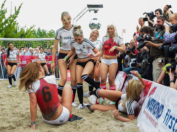 Датские порноактрисы обыграли немецких в футбол. Изображение № 6.