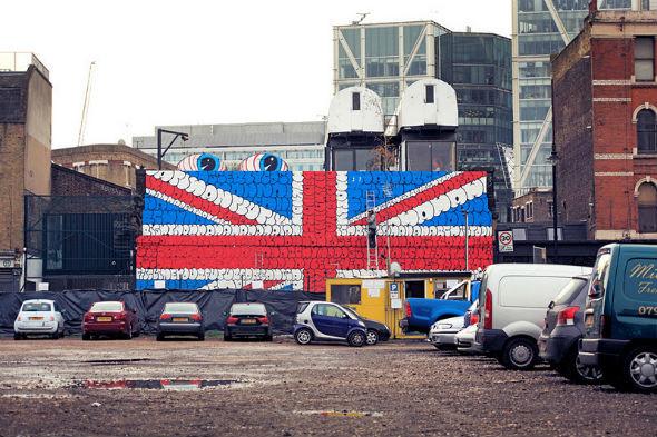 Граффити британского флага, составленное из текста песни Sex Pistols. Изображение № 7.