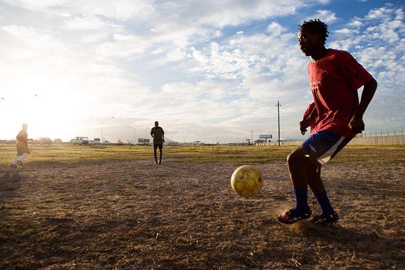 Как выглядит дворовый футбол на окраинах Кейптауна. Изображение № 12.
