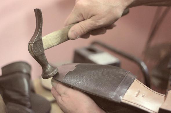 Для надежности и лучшего склеивания используют молоток. Изображение №24.