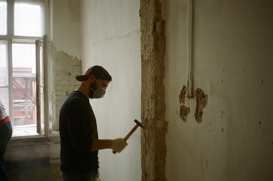 Фоторепортаж: Как мы сделали ремонт в мастерской силами редакции. Изображение № 28.