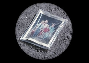 Космический мусор: Ботинки, фотоаппарат Hasselblad и другие предметы, найденные NASA на Луне. Изображение №12.
