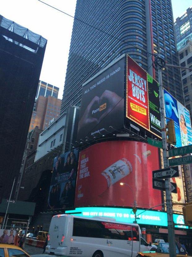 Баннер компании Pornhub повесили на центральной площади Нью-Йорка. Изображение № 1.