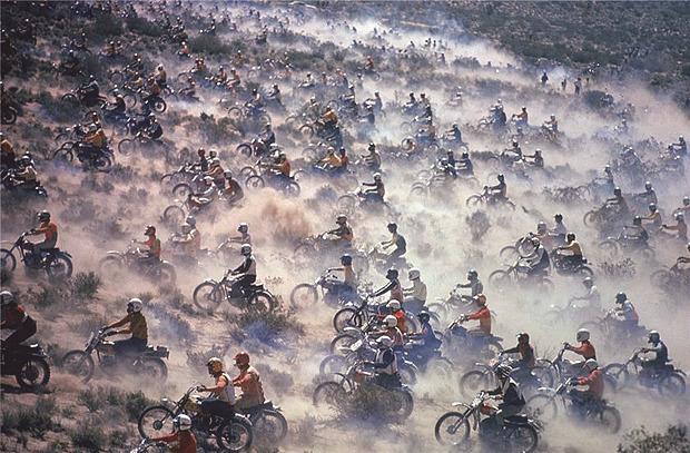 История и стилевые особенности эндуро и скрэмблеров — мотоциклов для езды по бездорожью. Изображение №1.