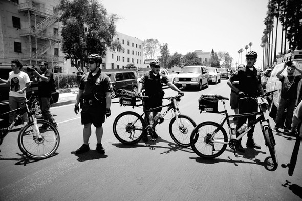 Изображение 9. Скейтбордисты Лос-Анджелеса устроили «Безумие на улицах города».. Изображение № 8.