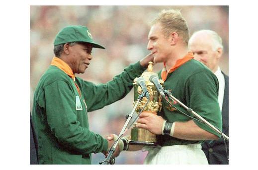 Нельсон Мандела вручает Кубок чемпионов капитану команды. Изображение № 18.