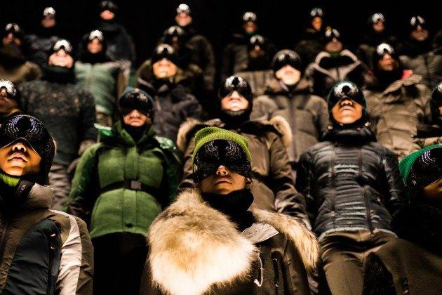 Марка Moncler представила новую коллекцию, собрав сотни людей в масках под зеркальные потолки. Изображение № 1.