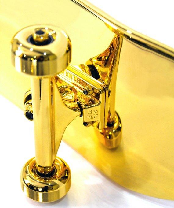 Марка Shut представила золотой скейтборд. Изображение № 5.