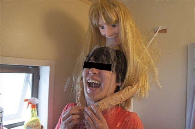 Одинокий парень превратил свой душ в девушку. Изображение № 9.