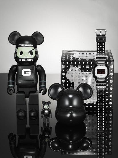 Компании Medicom Toy и Casio выпустили юбилейную модель часов G-Shock. Изображение № 1.
