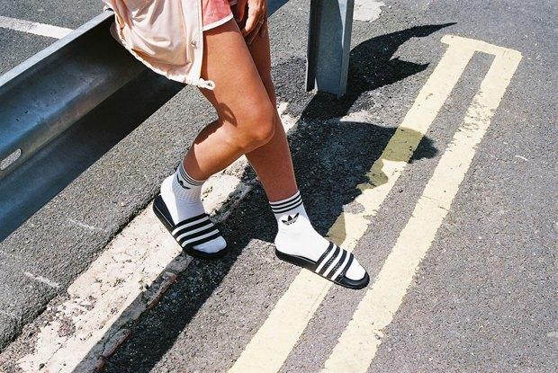 Adidas Originals призвал носить сандалии с носками. Изображение № 1.