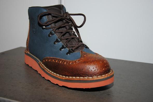 Если бы не черные шнурки и язычок, ботинки можно было бы даже назвать изящными.. Изображение № 2.