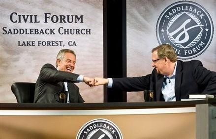 Тони Блэр отбивает пастору Рику Уоррену. Изображение № 3.