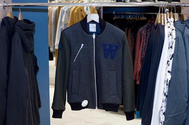 5 красивых продавщиц в магазинах одежды выбирают вещи для парня мечты. Изображение № 2.