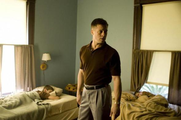 Брэд Питт в «Древе жизни» носит и поло, и рубашку с коротким рукавом и выглядит одинаково хорошо. Изображение №23.