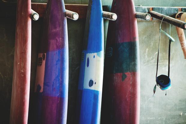 Гонки по пляжу, серфы и бесконечное лето: Репортаж из мастерской Deus Ex Machina на острове Бали. Изображение №19.