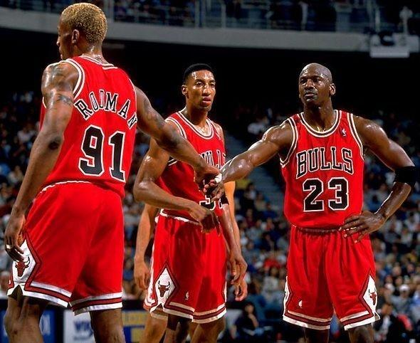 Майкл Джордан отбивает своему партнеру по «Chicago Bulls» Дэннису Родману. Изображение № 5.