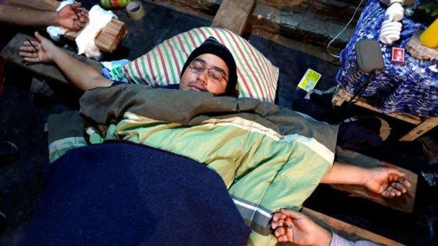 В Парагвае уволенные водители распяли себя на крестах. Изображение № 1.