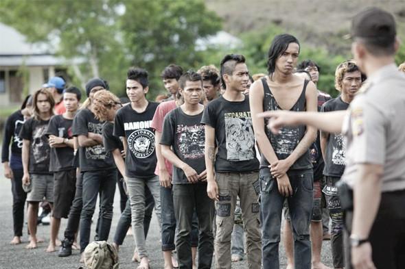 Индонезийские поклонники панк-рока ждут своей очереди. Изображение № 1.