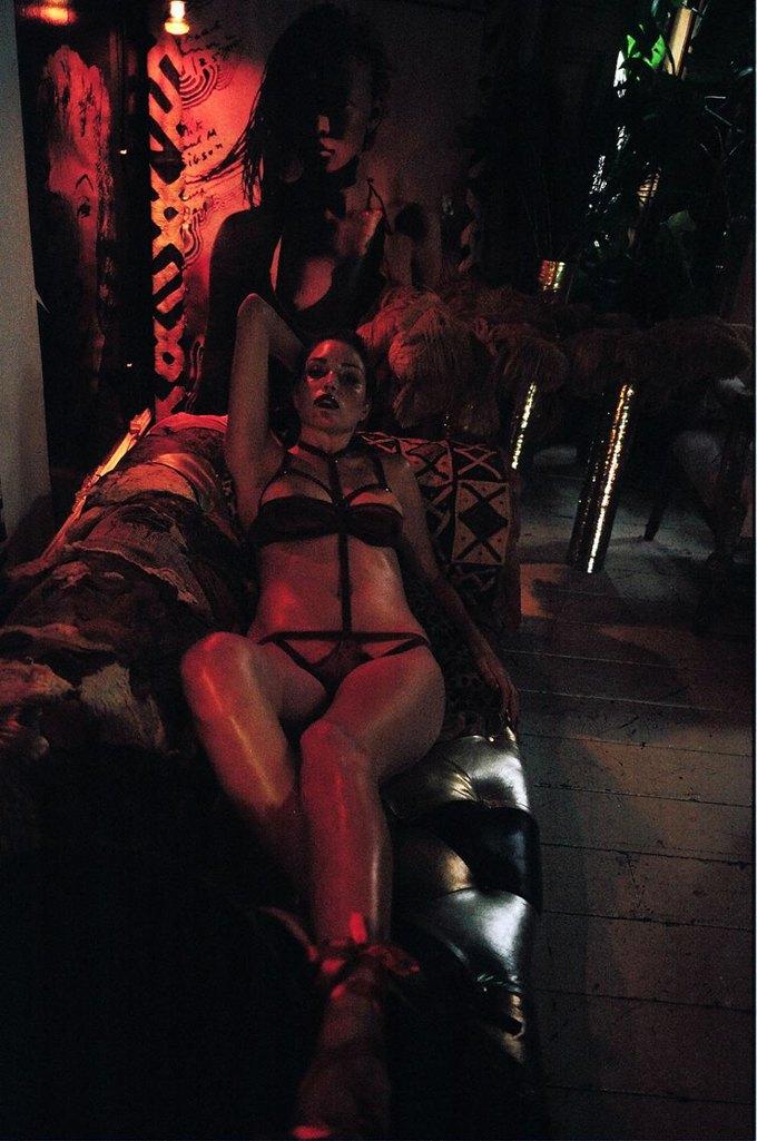 Модель Оливия Гарсон снялась в рекламе нижнего белья Coco De Mer. Изображение № 24.