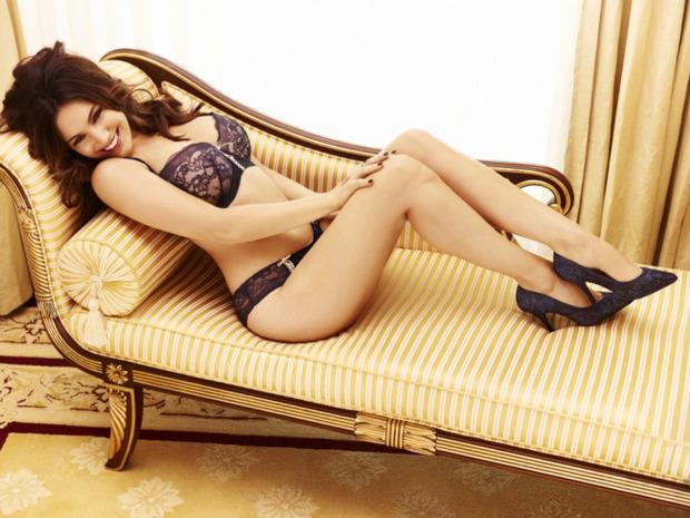 Актриса и модель Келли Брук снялась в рекламе собственной линейки нижнего белья. Изображение № 1.
