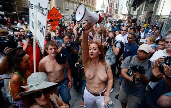 В 30 городах мира женщины устроили шествия топлес . Изображение № 6.