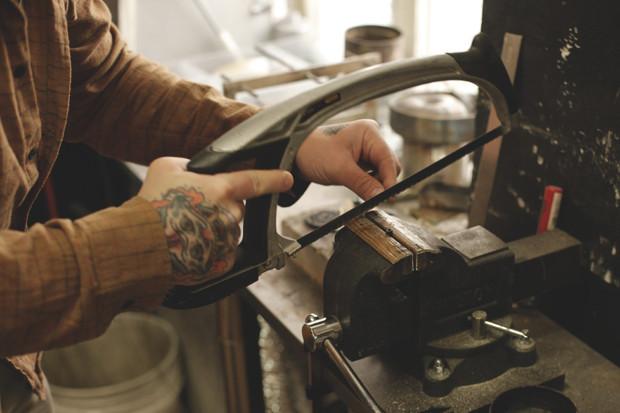 Часть процесса обработки рамы для тату-машинки в мастерской Влада. Изображение №10.