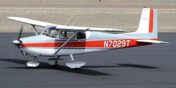 Израильский пилот посадил самолет возле магазина, чтобы выпить чашку кофе. Изображение № 1.