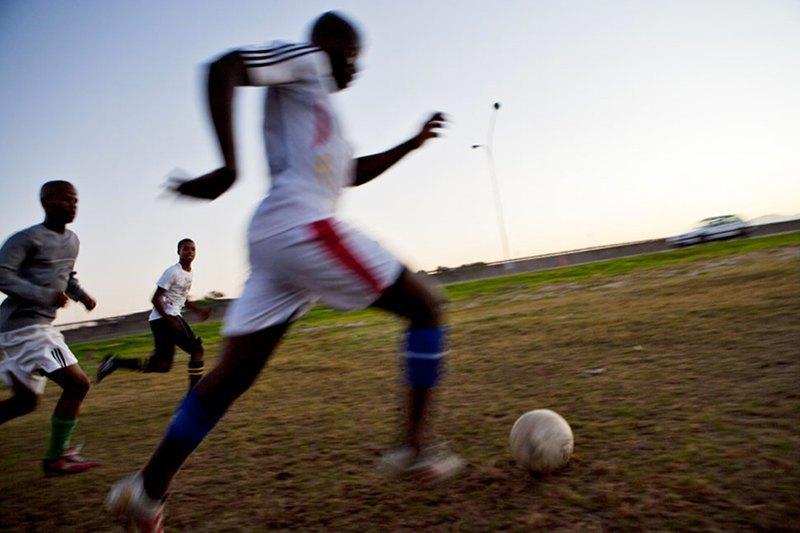 Как выглядит дворовый футбол на окраинах Кейптауна. Изображение № 16.