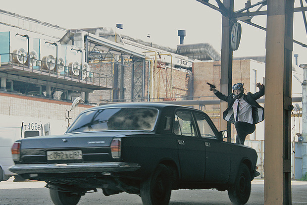 Серегу подвесили на трос, чтобы он мог взлететь на мчащийся автомобиль. Изображение № 12.
