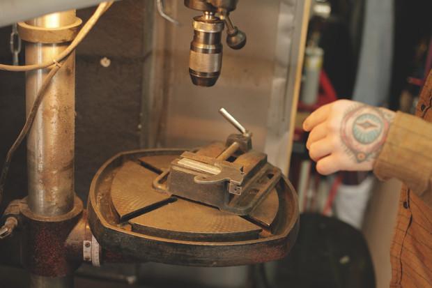 Часть процесса обработки рамы для тату-машинки в мастерской Влада. Изображение №6.