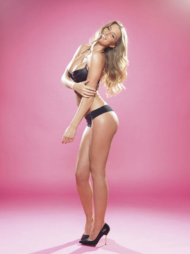 Английская модель Даника Тралл снялась для журнала Nuts. Изображение № 1.