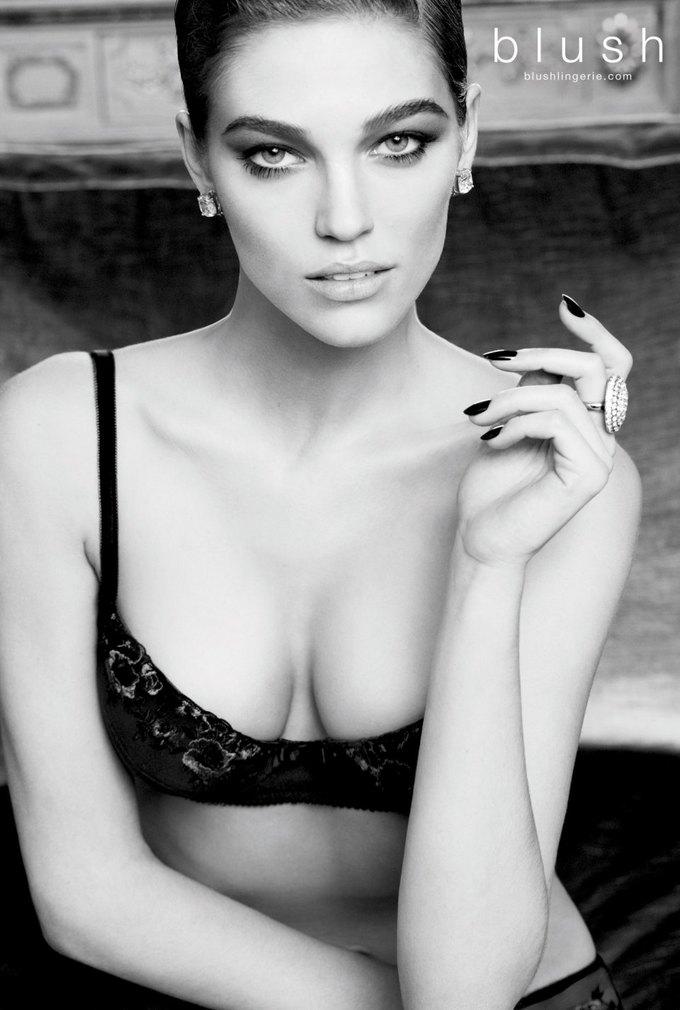 Модель Саманта Градовилль снялась в рекламе Blush. Изображение № 1.