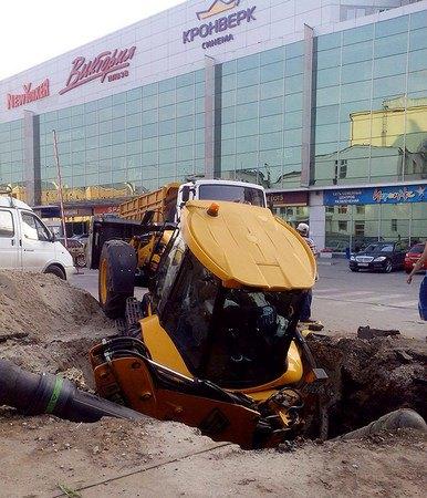 В Рязани трактор упал в яму, которую сам и выкопал. Изображение № 5.