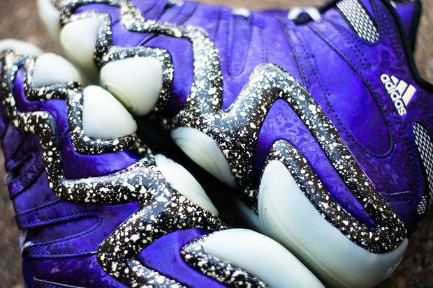 Марка Adidas выпустила модель светящихся кроссовок Nightmare Before Christmas. Изображение № 3.